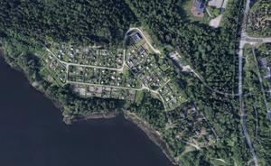 Måsnarens koloniträdgårdsförening från ovan. Odlingslotterna ligger närmast stranden. Bild: Google maps