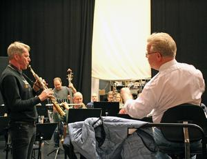 Sopransaxofonsolisten Anders Paulsson och dirigenten Leif Karlsson år två riktiga tungviktare i svenskt musikliv.