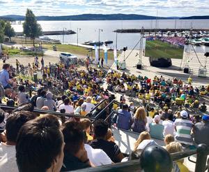 Det var en riktig folkfest på Väsmanstranden den 7 juli i fjol när de svenska herrarna spelade kvartsfinal i fotbolls-VM. Nu hoppas kommunen på samma uppslutning på lördag när damerna spelar kvartsfinal mot Tyskland. Foto: Ludvika kommun