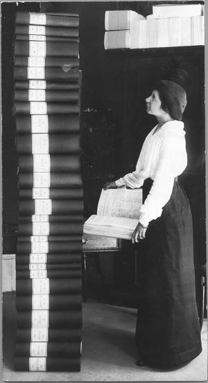 Elin Wägner, en av de tongivande kvinnorna under rösträttskampen. Hon visar upp resultatet av namninsamlingen 1913.