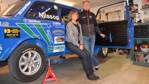 Ann-Louise och Stefan Nilsson ska tävla i sin blå Volvo och hoppas på en placering som topp tio. Foto: Annemo Friberg/Arkiv