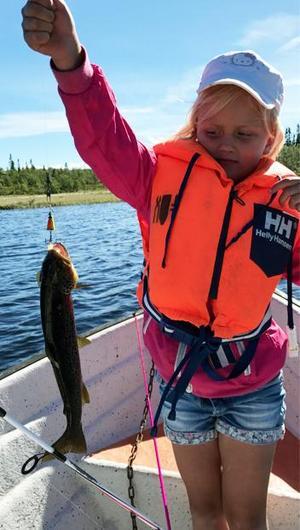 Stina Persson, 6 år, lurade en öring i Översjön, Råndalen.