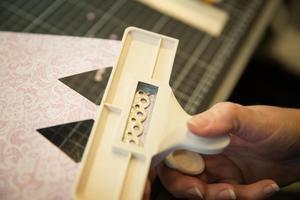 Stansa ut fina kanter eller klipp med figursax eller på fri hand.