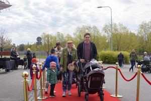 Stina Jansson och Markus Ros med barnen Bonnie och Maggie. Foto: David Söder
