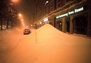 En antenn skvallrar att en bil finns under snöhögen. Foto: Lars Nyqvist