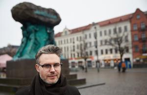 Karl Daniel Törnkvist har studerat på Litterär Gestaltning vid Akademin Valand i Göteborg.