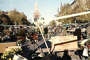 Livlig torghandel på Stortorget i Örebro 1959. Idag är del glesare mellan försäljarna. Foto: Örebro stadsarkiv/Anna Steen
