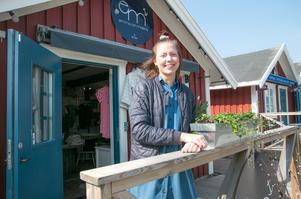 Sofia Ljung har klädbutiken Emma och Malena som med sina marininspirerade mönster har gått hem hos besökarna.