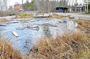 Snart ett minne blott? Elevrådet på Skogstorpsskolan ville ha ett stängsel kring dammen för att öka säkerheten. Resultatet kan nu i stället bli att den fylls igen. Bild: JAN WIJK