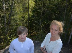 Elevrådsrepresentanten Tim Sjöberg och skyddsombudet Katharina Westberg framför skolgårdens stup.