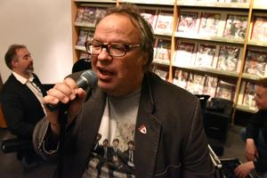 Janne Bäckman har många konserter bakom sig men än finns det mycket luft i lungorna. Både under och mellan låtar.