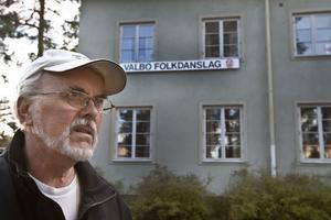 Orolig. Göran Andersson i Valbo Folkdanslag är inte glad över att kommunen har sålt Valbo kommunalhus till en privat fastighetsägare. Konsekvensen blir nu att folkdanslaget måste flytta ur sina lokaler när delar av huset ska göras om till vandrarhem.