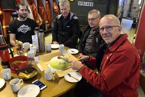 Arne Näsvall uppvaktas efter 52 år som fjällräddare.