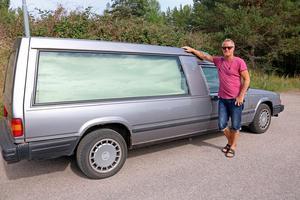 Macke är begravningsentreprenör och hämtar avlidna och kör dem till krematoriet.