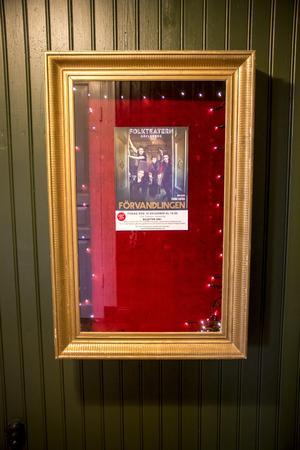 I somras när Folkteatern spelade Mästaren och Margarita i den gamla hyttan fick de syn på den nymålade röda teatern och tänkte att det kunde vara en intressant lokal för dem. 26 november och 10 december sätter de upp