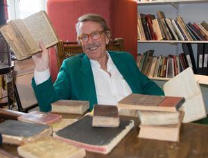 Kjell Lönnå med delar av sin samling äldre sång- och psalmböcker. Alla har de med stor sannolikhet bistått sina ägare i sorg och glädje och varit följeslagare genom livet.