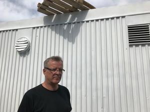Den senaste skadegörelsen på Din X-macken vid riksväg 68 i Norberg skedde i slutet av maj i år. Då kastade någon upp lastpallar på taket till en kontorsbyggnad. Ägaren Kenneth Wallström har ställt en fråga till politikerna om polisnärvaron i Norberg på kandulova.se och fått flera svar.
