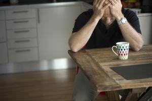Anhöriga är nyckelpersoner för sköra människor. Samtidigt tärs de ofta av sin näras sjukdom. Var fjärde anhörig själv sjuk, skriver insändaren.