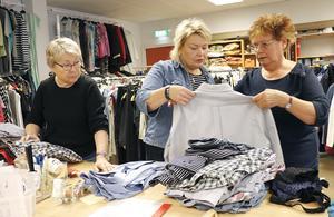 Att hjälpa till i det stora och det lilla är något av ett signum hos Röda Korset konstaterar Lindesbergs krets-ordförande i mitten Katarina Lövenbrink, här med Gunilla Egeryd och Rose-Marie Andmarken.
