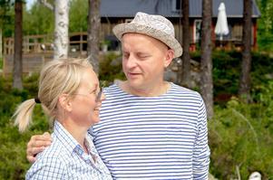 Maria Flodin Ekström och Mats Flodin framför sin sommarpärla utanför Tönnebro.