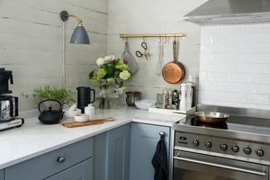 Köket har nyligen fått nya bänkskivor i kvartskomposit och luckorna har Maria målat grå.