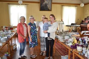 Helen Sonerlid, Evy Carlsson, Lilian Johansson och Caroline Wittrin med sonen Samuel i kapellet i Anderstorp.