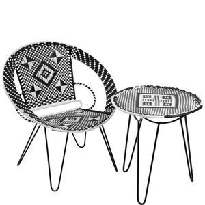 Rätt retro. Runda möbler med en blinkning åt 1950- och 1960-tal kommer stort. Gärna i flätad plast. Stol och bord från Åhléns sommarsortiment.