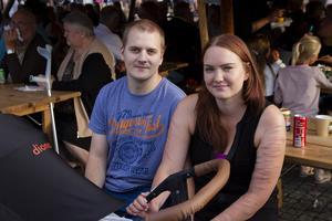 Thomas Hast och Louise Amcoff har tagit med sig sonen Aaron för att träffa bekanta och lyssna på musiken.