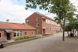 Skolan hade egen tandläkarmottagning i den låga byggnaden.
