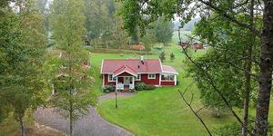 Veckans mest klickade objekt är ett rött fritidshus utanför Skinnskatteberg. Foto: Mäklarhuset Västerås