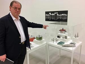 Per Forssell visar sin far Pierre Forssells design vid Gense och Skultuna Messingsbruk.  Bland annat formgav han