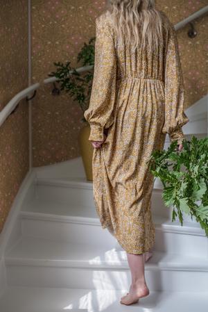 Här tapeten Bellis,  utformad som en klassisk medaljong där blommorna är uppbyggda av en speglad mönsterform. Styling: Catharina Skoglund. Foto: Tove Mattsson.