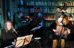 Karoline Espås (keyboard), Chelsea Long (fiol), Erik Andersson (bas) och Sara Korpela (dragspel).