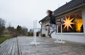 Elvira Sundholm och mamma Maria Sundholm tillverkar både käpphästar och hinder att hoppa över.