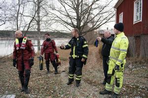 Räddningstjänsten behövde själva aldrig ge sig ut i vattnet. När de anlände till platsen möttes de av Joakim som själv hade hämtat in katten.