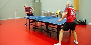 Bernt Olson och Anders Nystrand hade en jämn match. Men Bernt, som har sommarställe utanför Arboga, vann med 3-2 i set.