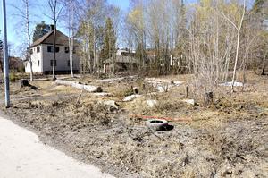 Nu är skylten borttagen från den aktuella tomten och Peab bostad har lagt projektet på is.