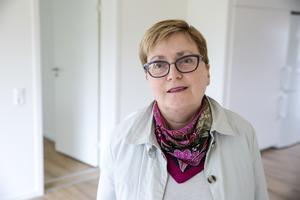 Elisabet Nises-Look berättar att många lägenheter fått vattenskador efter att vindsbranden släcktes.