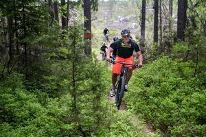 Att kunna kombinera intresset för skogen med träning är det som Tommy Olsson tror har lockat många till mountainbikesporten.