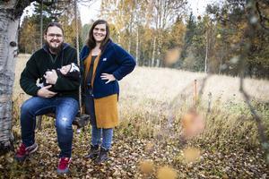 Rebecca Berglund, Joakim Färdig och lilla Lowe, två månader, renoverar huset på Grönudden i Norra Halån