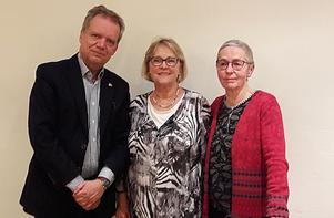 Demensförbundets ordförande Pär Rahmström tillsammans med Gagnefsflugans Margareta Meissner och Aina Persson.