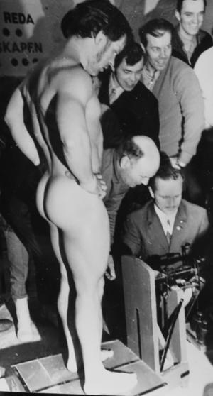 Vikten betydde allt, alltså slängde Johanni Mursu även kalsongerna när världsrekordet skulle kontrolleras. Foto: Lasse Halvarsson