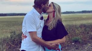 """Så här skrev Caroline på Instagram: """"Inflyttade och klara på Tuna Gård och fyllda med kärlek starkare än någonsin kände vi för att inleda ett nytt äventyr. Vid årsskiftet väntar vi vår lilla bondebebis.""""Foto: Privat"""