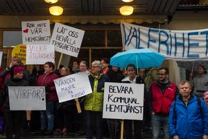 Ett hundratal personer demonstrerade utanför Nordanstigs kommunfullmäktige, efter beslutet om att lägga ned den hemtjänsten.