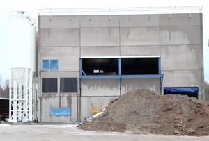 Med ett par års försening har den nya blandarstationen växt upp  i Björbo. Och som sig bör är väggdelarna tillverkade på hemmaplan.