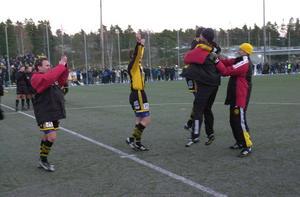 Janne Westerlund hoppar upp i famnen på en FV-spelare efter avgörande kvalmatchen mot Väsby i oktober 2003 som spelades i Husum. FV fixade platsen till superettan efter två mål i andra halvlek. Bild: Peter Magnusson