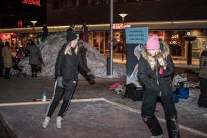 Wilma Johansson och Nora Holpers visade upp sina konster på isen.