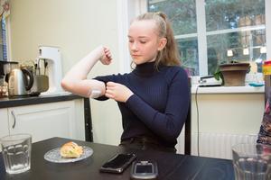 Pumpen på överarmen ser till att Emma får det insulin hon behöver.