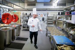Full fart i köket för Eddy Brihed. Förberedelserna är planerade efter ett exakt schema. Kycklingterrinerna väntar på att färdigställas.