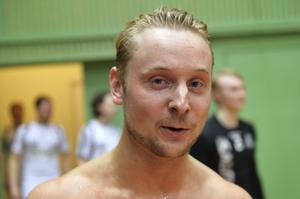 En nyduschad tränare – Tom Nilsson slängdes in i duschen av sina spelare efter segern mot Gimonäs.